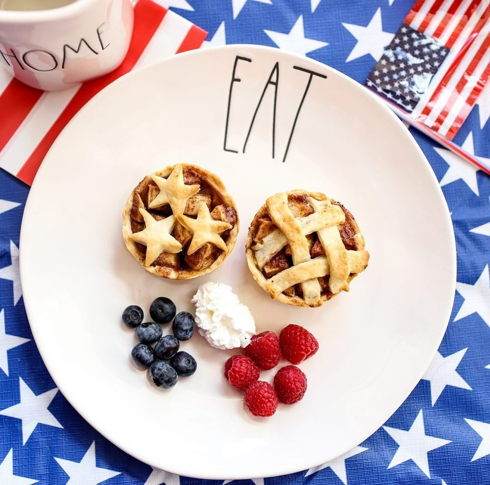 4th of july dessert, 4th of july recipes, easy appetizer, kids appetizer, food for kids, 4th of july food for kids, kid-friendly food, 4th of july party, chocolate pretzels, easy 4th of july dessert, apple pie, 4th of july pies, mini pies