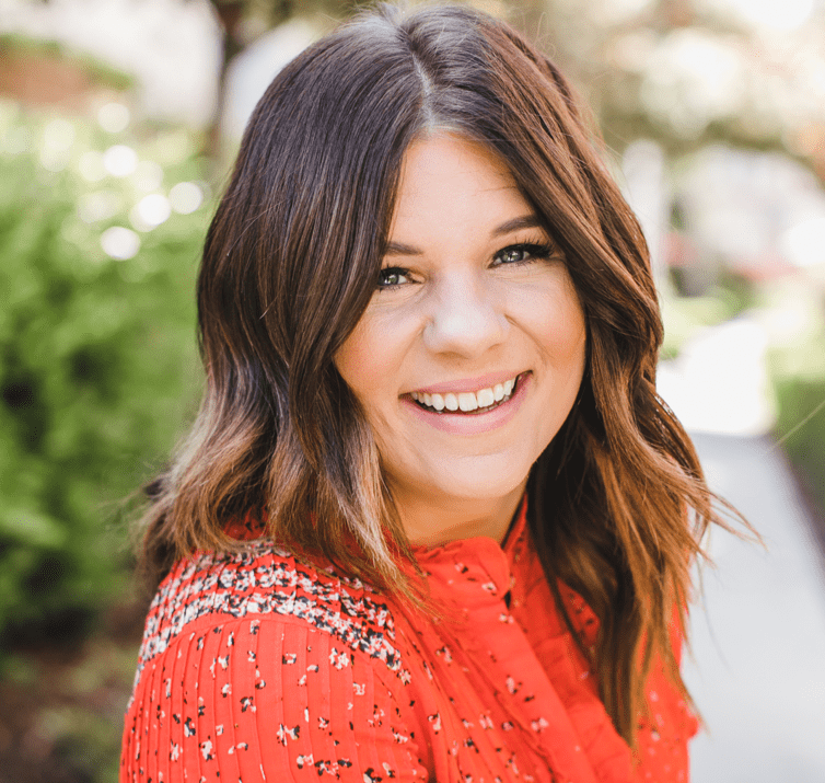 02: How To Create a Minimalist Lifestyle & Holiday Season with Allie Casazza